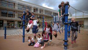 Bild von Schülern auf einem Klettergerüst