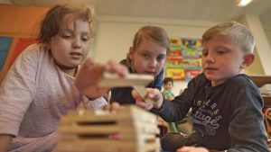 Bild von Schülern die gemeinsam einen Turm bauen