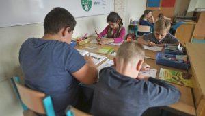 Bild von arbeitenden Schülern