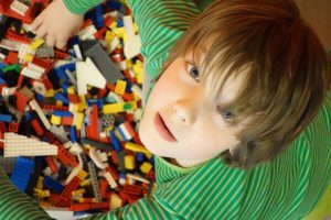 Bild eines Schülers mit Legokiste