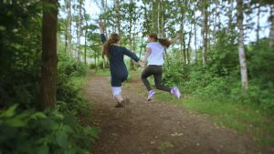 Foto von zwei springenden Mädchen