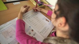 Bild eines Mädchens im Unterricht
