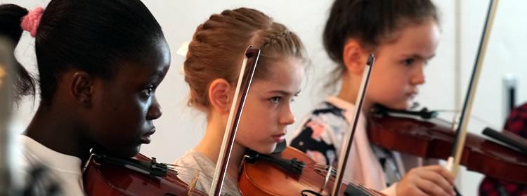 Foto von Geige spielenden Schülerinnen beim JeKi-Konzert